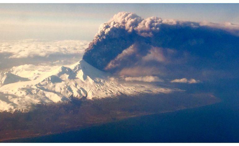 Volcán en Alaska se calma tras erupción, rebajan alerta