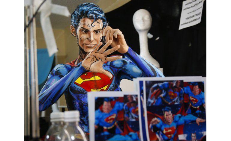 Artista se transforma en personajes de cómics en la red