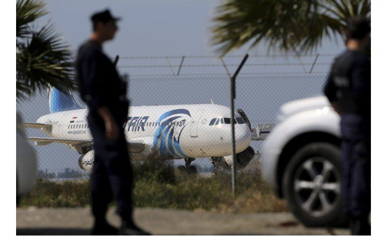 Egipcio con explosivos falsos secuestra avión