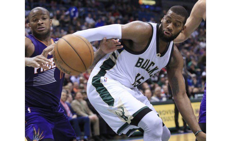 Middleton encabeza triunfo de Bucks sobre Suns con 26 puntos