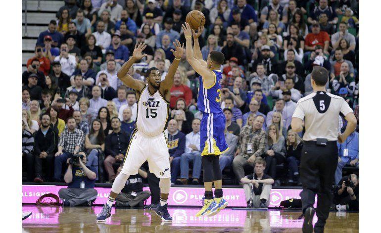 Curry anota 31 y Warriors vence al Jazz en tiempo extra