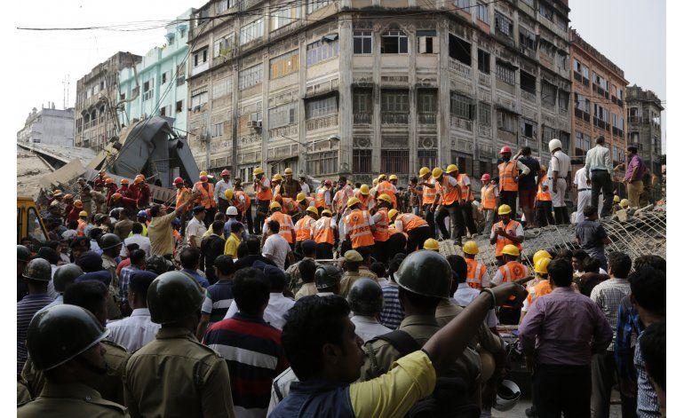 Mueren 21 personas al colapsar paso elevado en India