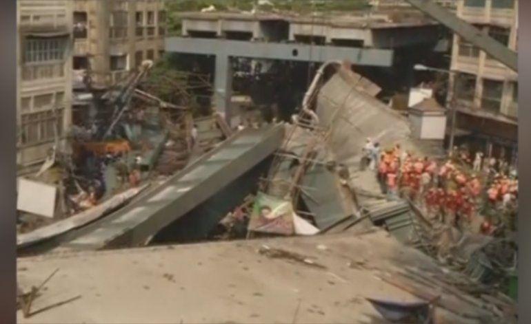 Más de una decena de muertos tras derrumbarse un puente en la india