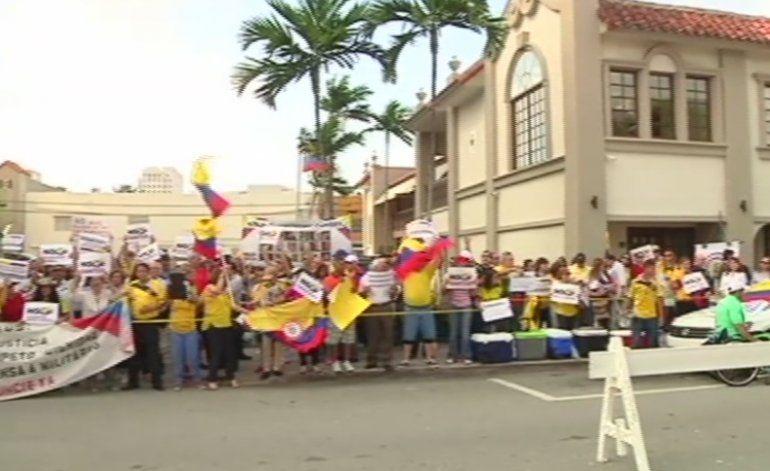 Colombianos en Miami protestaron hoy en contra del gobierno de Juan Manuel Santos