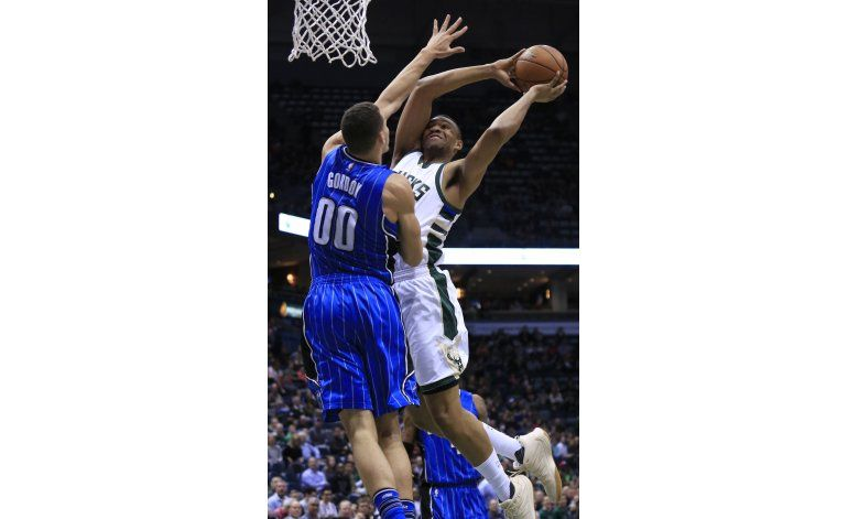 Con enceste de Parker, Bucks superan a Magic