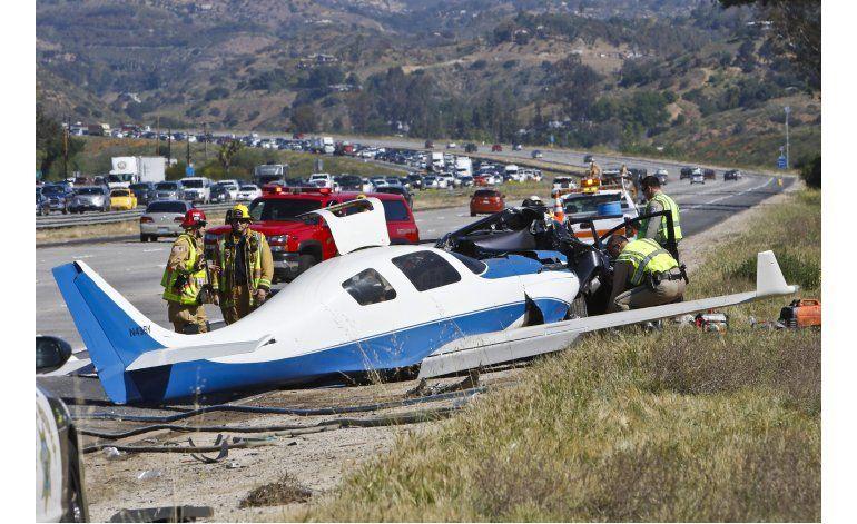 Muere mujer al caer avioneta sobre autopista en California