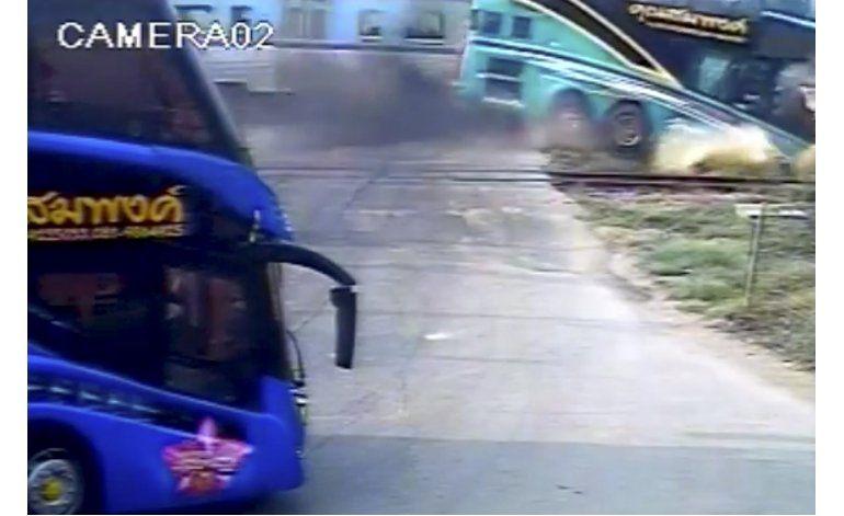 Tren choca contra autobús en Tailandia; tres muertos