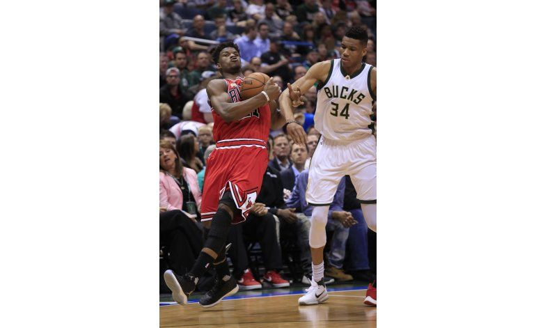 Butler suma 25 puntos y Bulls superan a Bucks