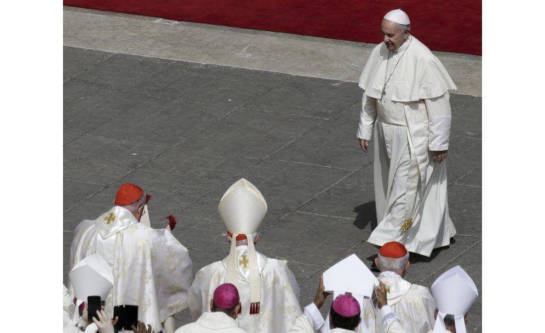 El papa Francisco conversa con un grupo cismático