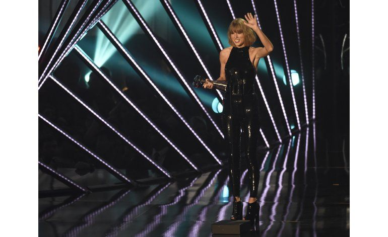 Taylor Swift agradece a su novio Adam en los iHeartRadio