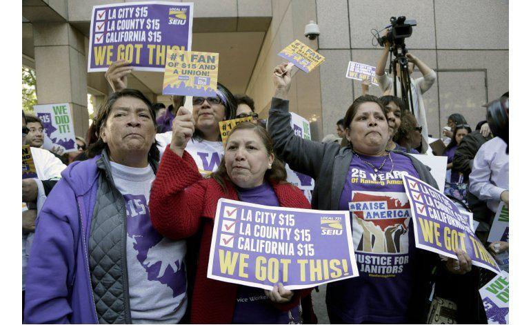 Hispanos  festejan aumento de salario mínimo en California