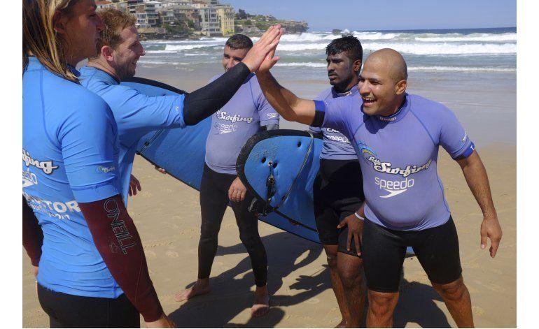 Surf, terapia para migrantes que viven odiseas en el mar