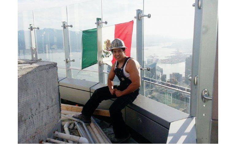 Cuelgan bandera mexicana sobre torre de Trump en Vancouver