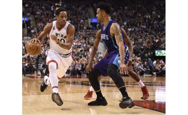DeRozan anota 26, Raptors vencen 96-90 a Hornets