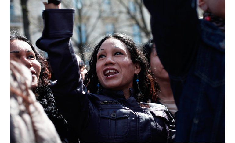 Francia propone castigar a clientes de la prostitución