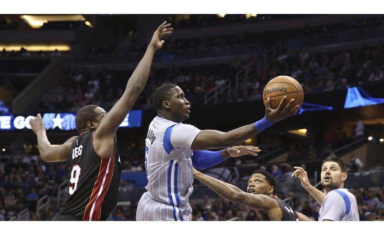 Magic rescata victoria en casa ante Heat