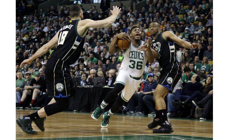Zeller anota 26 puntos y Celtics superan a Bucks 124-109