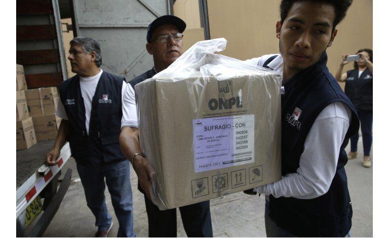 Peruanos buscan a rival de Fujimori en comicios polarizados