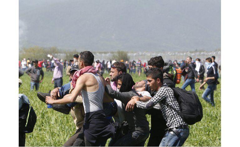 Migrantes chocan con policía macedonia; cientos de heridos