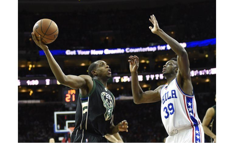 Middleton anota 36 y Bucks vencen a 76ers en prórroga
