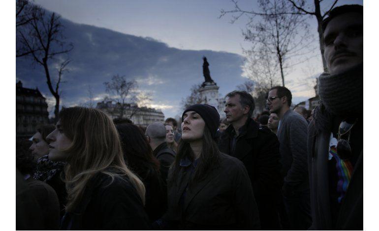 Policía desaloja a manifestantes en la plaza de París