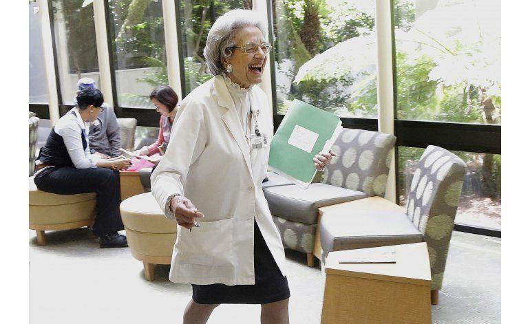 Mujer cumple 70 años trabajando en el mismo hospital