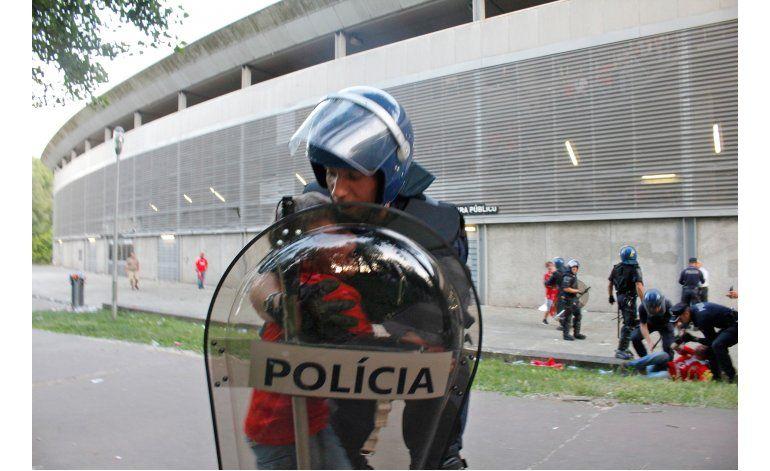Portugal presenta cargos contra agente que pegó a hincha