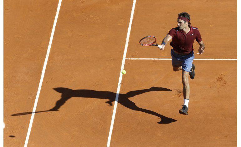 Federer gana en regreso a las canchas