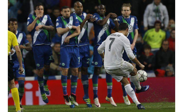 Enorme Cristiano marca triplete y arrastra al Madrid a semis