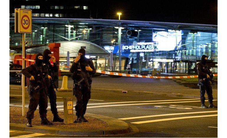 Policía militar arresta a hombre en aeropuerto de Ámsterdam