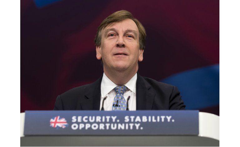 Relación de ministro británico y dominatriz genera debate