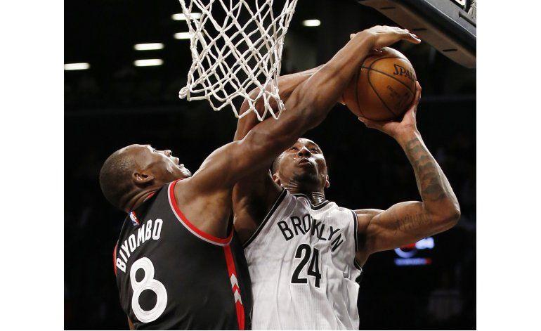 Raptors descansan a titulares pero vencen a Nets