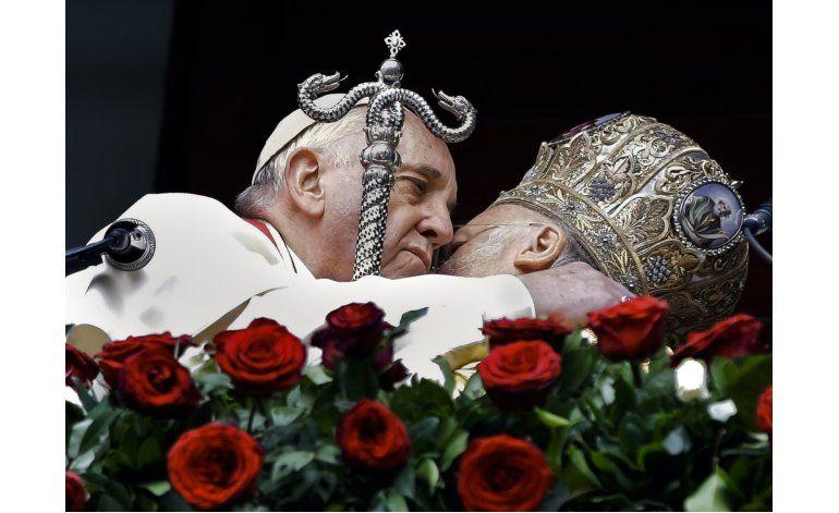 El papa y otros líderes cristianos se acercan a refugiados