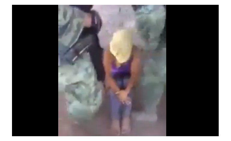 México: Dos militares detenidos por video de mujer torturada