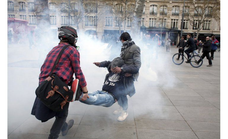 Francia endurece protestas; Hollande se aferra a ley laboral