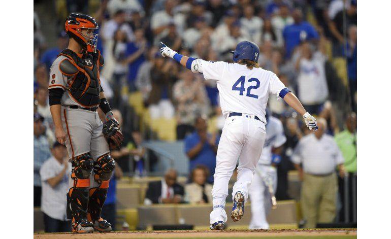 Hernández pega 2 jonrones y Dodgers ganan a Gigantes
