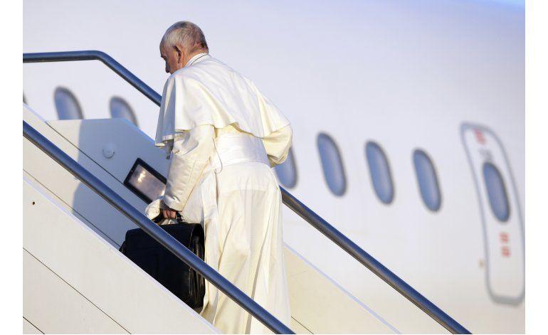 Papa visita a refugiados, migrantes en isla griega de Lesbos