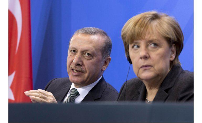 Merkel criticada y elogiada por permitir acusar a cómico