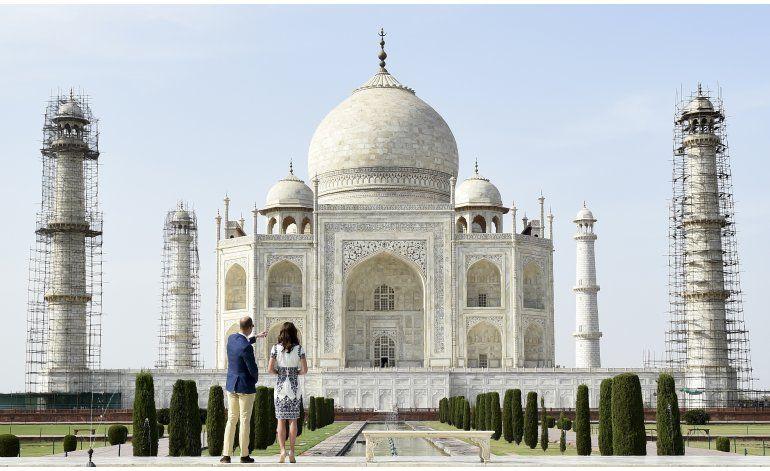 Pareja real británica visita el Taj Mahal
