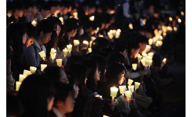 Miles recuerdan aniversario de tragedia de ferry surcoreano