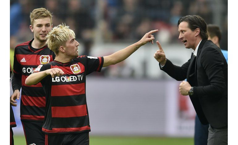 Leverkusen gana, pero Chicharito sale lesionado