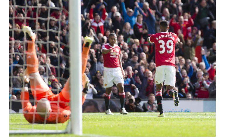 Man City despacha a Chelsea con triplete de Agüero