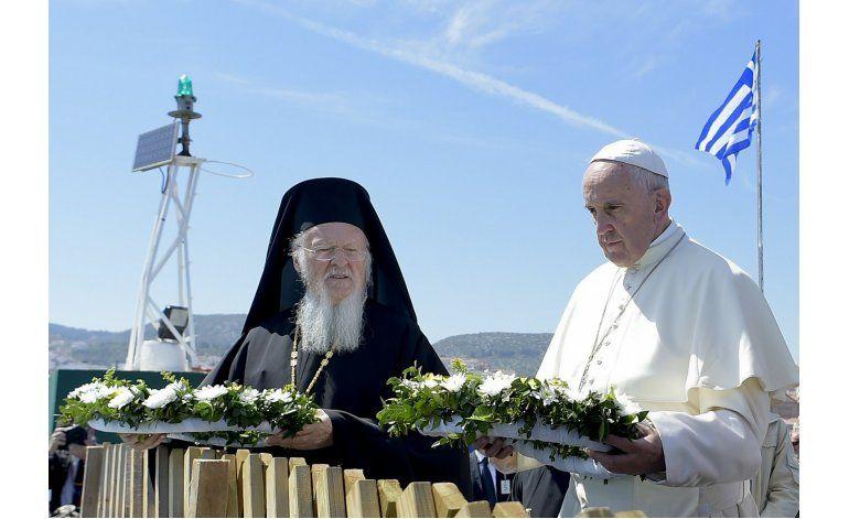 Papa lleva a 12 refugiados sirios a Italia desde Grecia