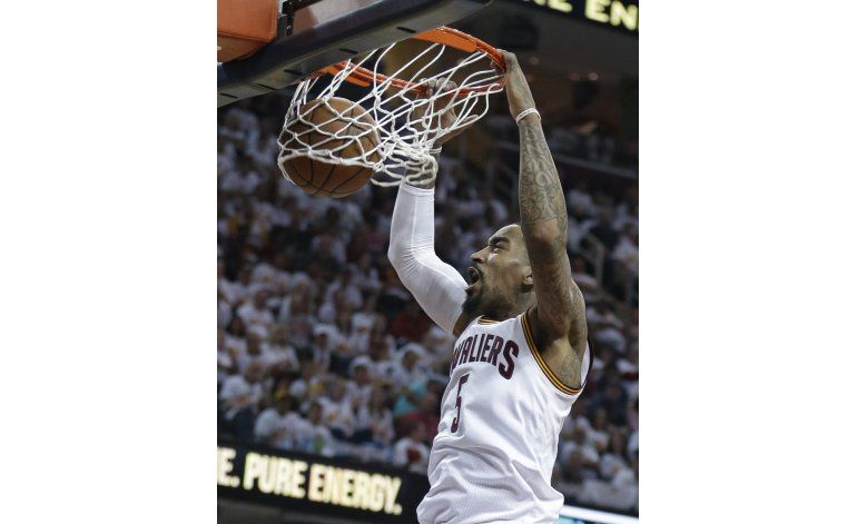 Irving y Love dan a Cavs la delantera sobre Pistons