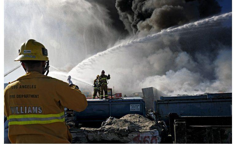 Incendio en depósito de autos cubre Los Angeles de humo