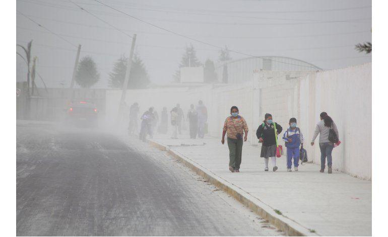 Volcán Popocatépetl lanza ceniza, cierran aeropuerto cercano