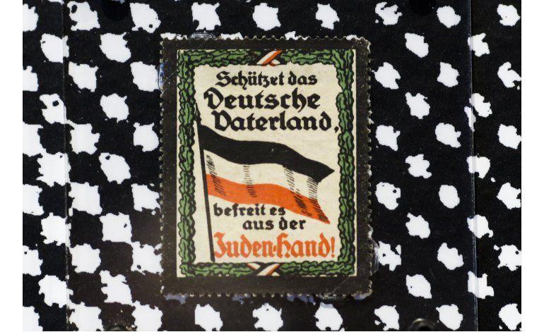 Museo alemán exhibe 130 años de engomados racistas