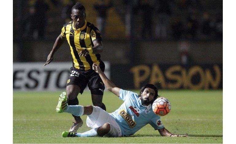 Peñarol remonta y deja fuera a Cristal en el Grupo 4