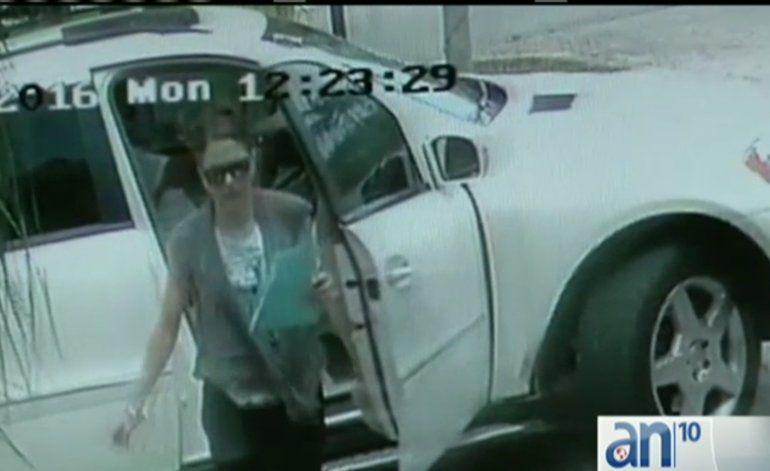 Pareja queda captada en cámara robándose un paquete de correo de una vivienda del sur de Miami