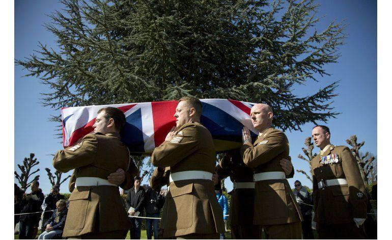 Entierran a soldados británicos caídos en Guerra Mundial